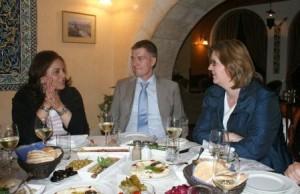 Tourismusministerin Khould Daibes und Kerstin Griese diskutieren den Zwei-Jahres Plan von Salam Fayyad.